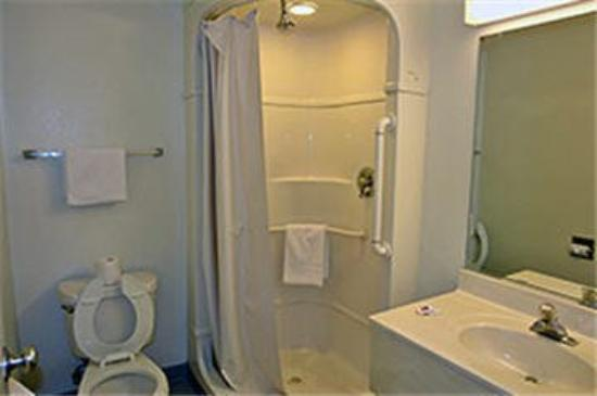 Motel 6 Pismo Beach: Guest Bathroom