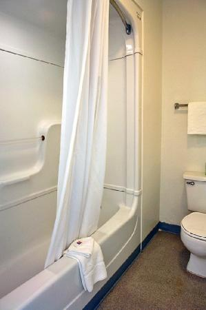 Motel 6 Gainesville - Univ. of Florida: MBathroom