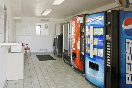 Americas Best Value Inn: Vending Area