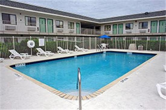 Motel 6 Lantana: Outdoor Pool