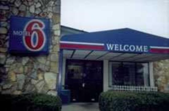 Motel 6 Canton: Exterior