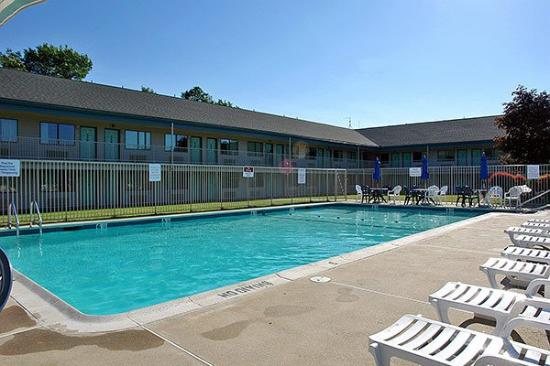 Motel 6 Tewksbury: Outdoor Pool