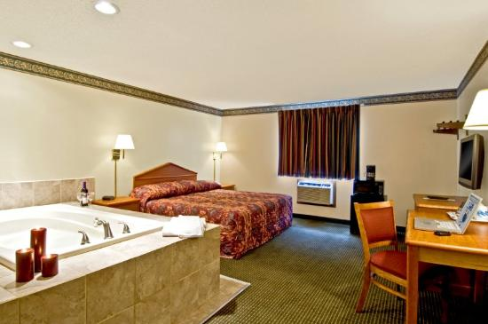Econo Lodge - Akron: King Jacuzzi Suite