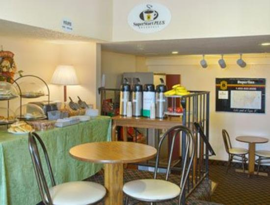 Super 8 Joplin: Breakfast Area
