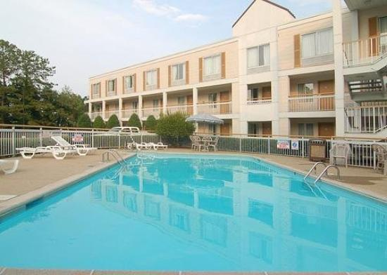 Quality Inn - Homewood: Pool