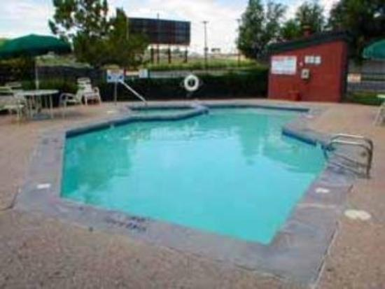 Quality Inn East: Pool