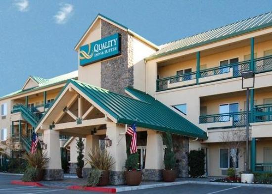 Quality Inn &amp; Suites: Exterior