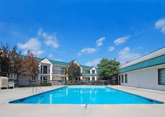 Quality Inn & Suites Hanes Mall: Pool