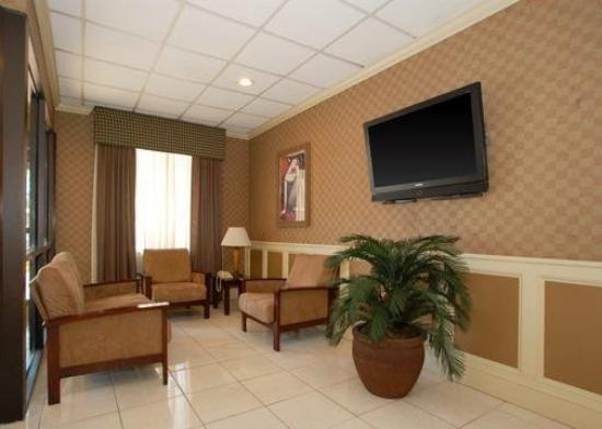 Quality Inn & Suites Hanes Mall: Lobby