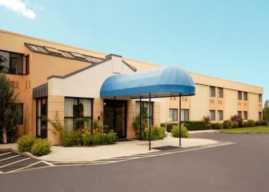 All Seasons Inn & Suites: Exterior