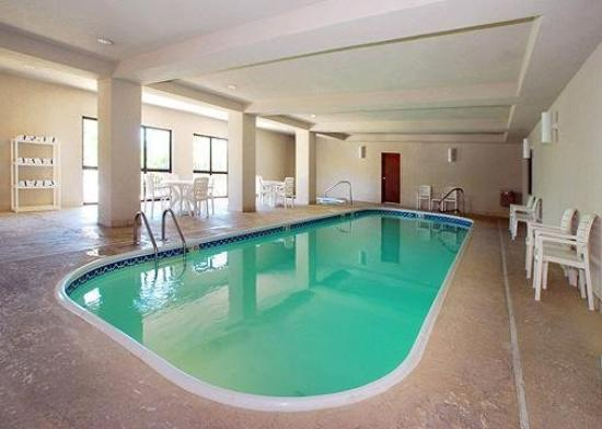 Quality Inn &amp; Suites Airport: Pool