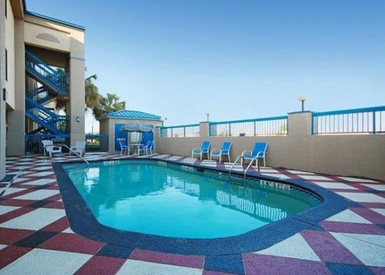 Quality Inn & Suites Fort Jackson Maingate: Pool