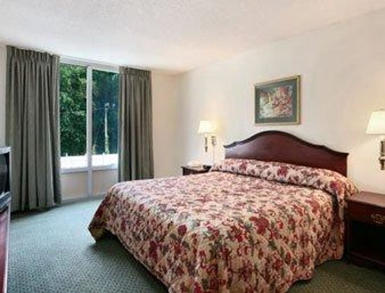 Econo Lodge Inn & Suites: Suite 2