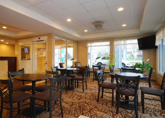 Quality Inn &amp; Suites: Breakfast seating