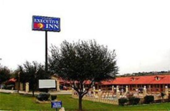 Falcon Executive Inn: Exterior