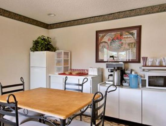 TravelStar Inn &amp; Suites: Breakfast Area
