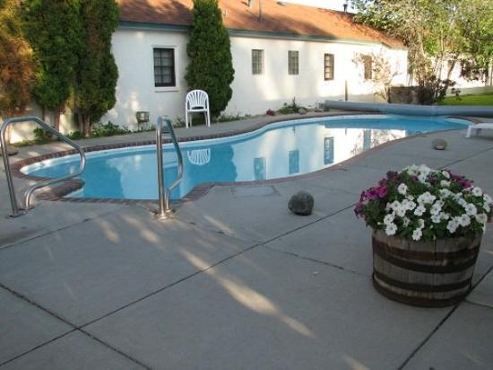 Sunrise Motor Inn: Outdoor Heated Pool
