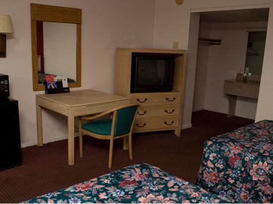 Scottish Inn: Guest Room with two beds