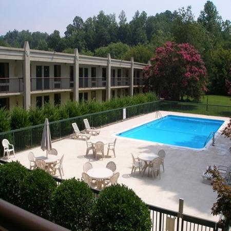 Red Carpet Inn Wilkesboro: Pool View