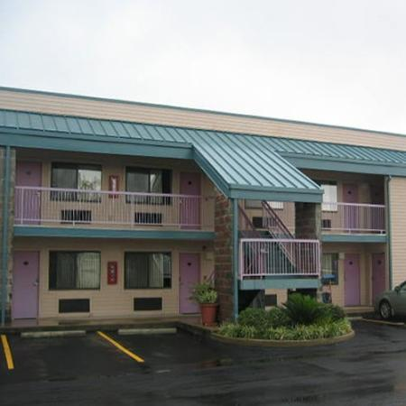 Red Carpet Inn & Suites: Exterior View