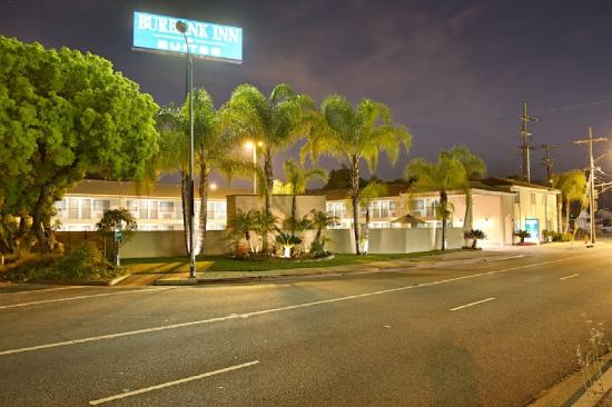 Burbank Inn & Suites: Outside Night
