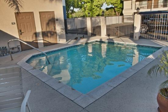 Burbank Inn &amp; Suites: Pool 2