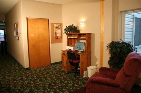 Marquis Plaza and Suites: Business Center