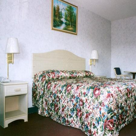 Red Carpet Inn & Suites: Guest Room with king size bed