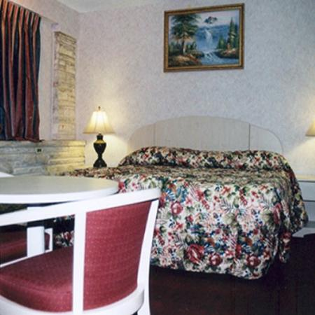 ‪‪Red Carpet Inn & Suites‬: Non smoking room with king size bed‬