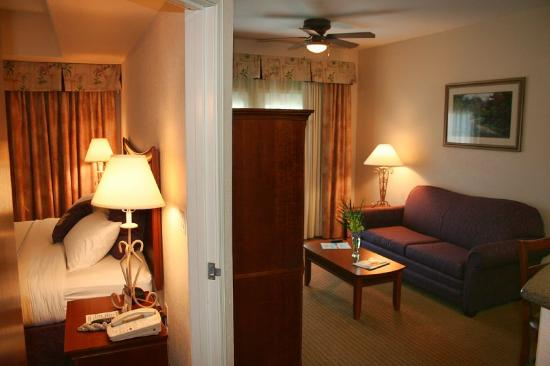 Arbor Inn and Suites: Betweenroomsanother