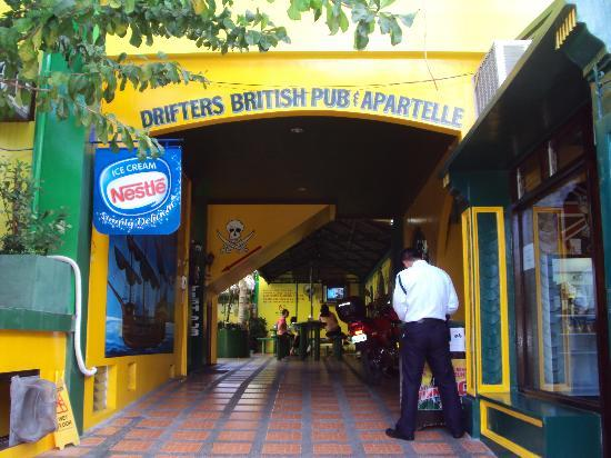 Drifters Apartel and British Bar: Drifters Entrance