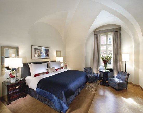 Mandarin Oriental, Prague: Deluxe Suite: bedroom
