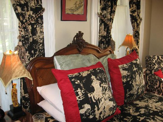 Noble Inns - The Oge House, Inn on the Riverwalk: Our room
