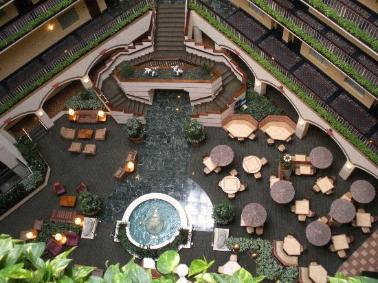 Embassy Suites Hotel Dallas Love Field : Looking down into Atrium