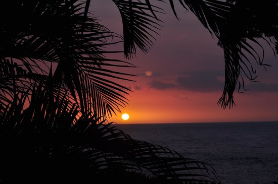 Outrigger Royal Sea Cliff: Our first sunset from the beach