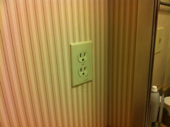 Sheraton Framingham Hotel & Conference Center: standard electrical outlet at bathroom sink