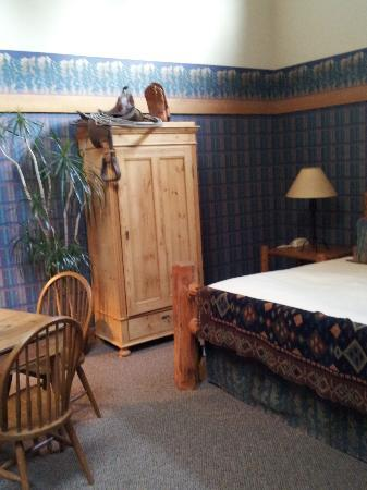 Country Willows Bed and Breakfast Inn: Nice king bed and walk in closet kitchen area with dishes not shown