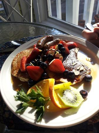 Country Willows Bed and Breakfast Inn: NIce breakfast, fruit plate not shown, or baked apple with all the trimmings
