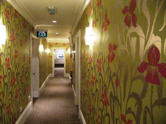 Wentworth Hotel : The hall to the bar with stunning wallpaper