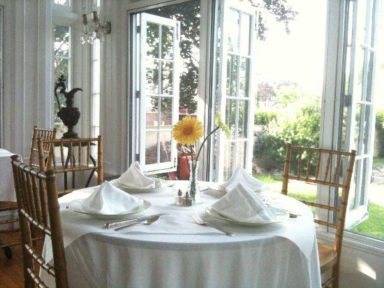 Edgewood Manor Bed and Breakfast: Sun Room Dining