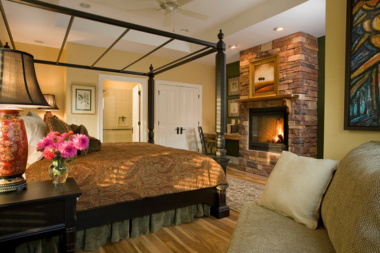 1889 WhiteGate Inn & Cottage : The Maya Angelou Suite
