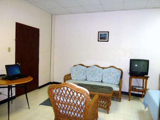 Guest Lodge Motel: Interior of room 202