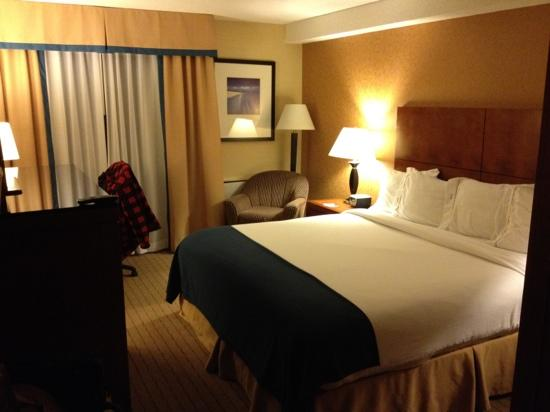 Holiday Inn Express & Suites London Downtown: Beautiful rooms, with adequate room.