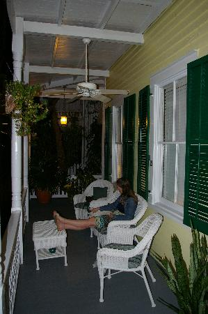 Curry House Bed and Breakfast: Sitting on the front porch with a local cat