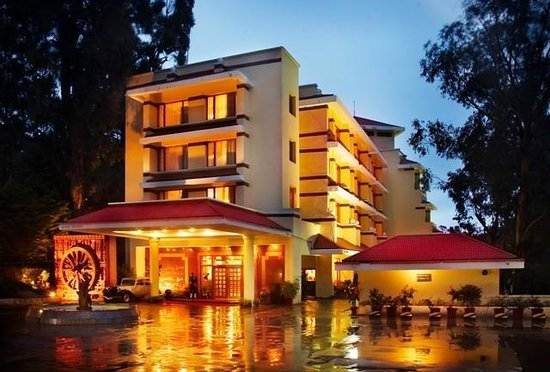 Gem Park-Ooty: Holiday Inn Front View at Night