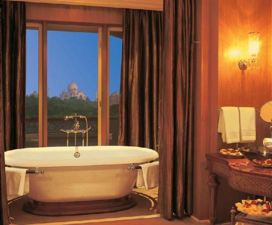 "<a href=""/Hotel_Review-g297683-d302143-Reviews-Oberoi_Amarvilas-Agra_Uttar_Pradesh.html"">Oberoi Amarvilas</a> Photo: Bathroom of Kohinoor Suite"