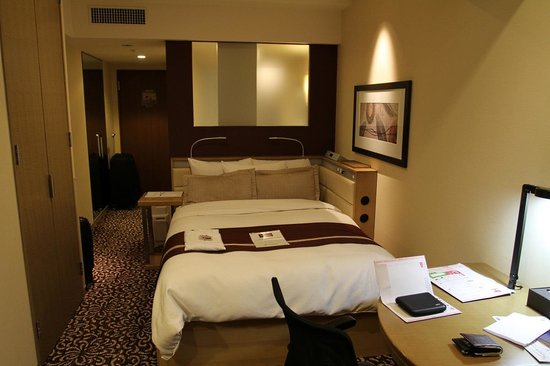 "Hotel Ryumeikan Tokyo: The double bed in the Forus B ""Success"" room"