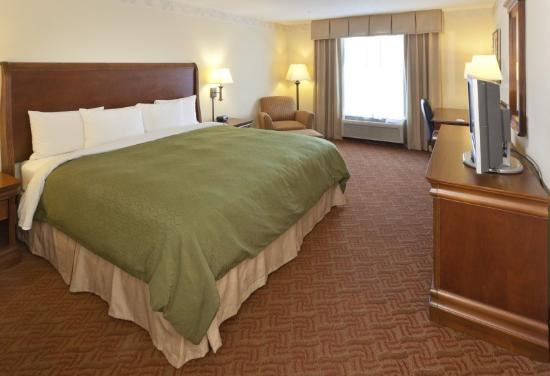 Country Inn & Suites Woodbridge: Guest Room King Bed
