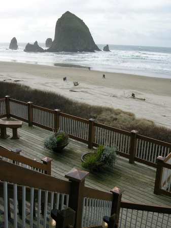Hallmark Resort Cannon Beach: Beach access stairs.