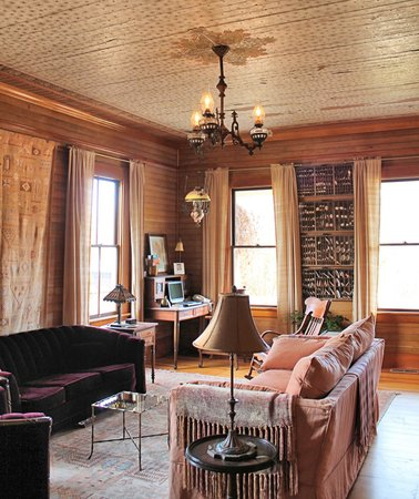 Ashland Mountain House B&B: I loved the ceiling in this room, it has the original wallpaper from the 1800's on it.  Gorgeous
